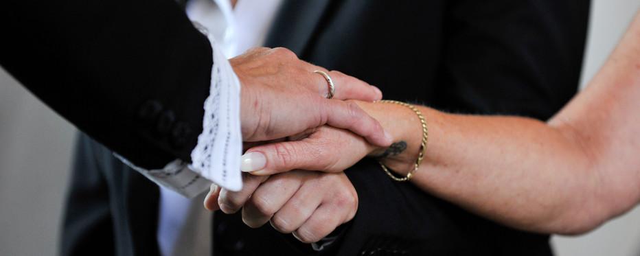 At give hinanden hånden derpå