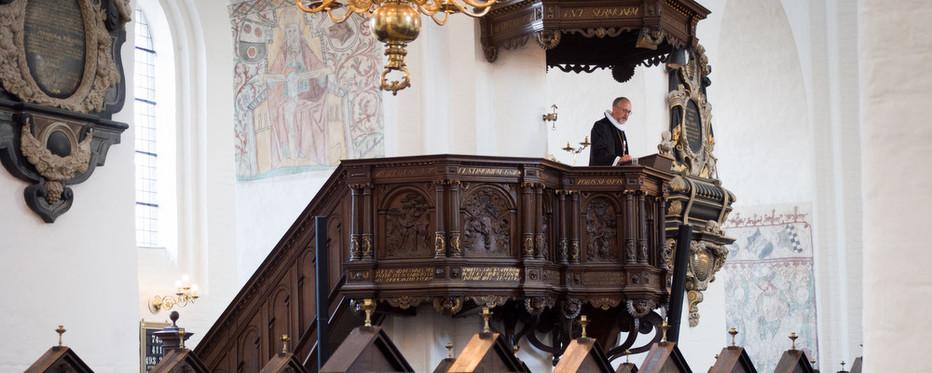 Biskoppen står på prædikestolen i Aarhus Domkirke