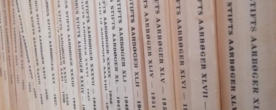 Opstillet samling af årbøger over år