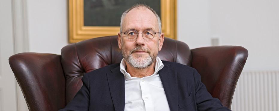 biskop Henrik Wigh-Poulsen sidder i sin lænestol