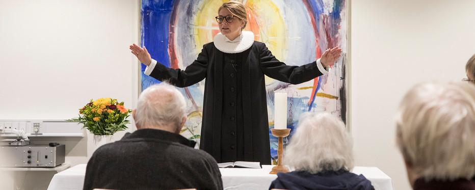 Præst holder gudstjeneste for ældre på plejehjem