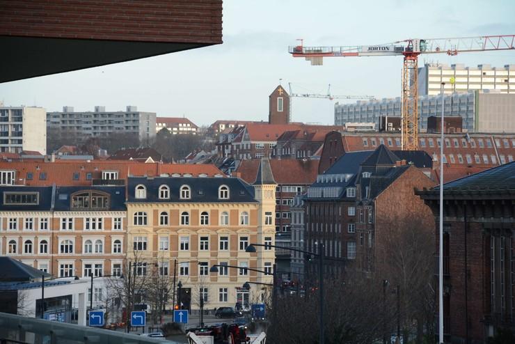 Et blik ind over Aarhus by med kirke i baggrunden