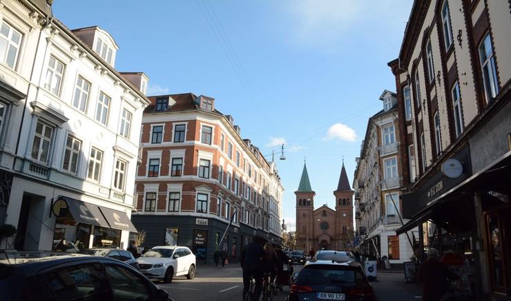 Situationsbillede fra Aarhus midtby  med kirke i baggrunden
