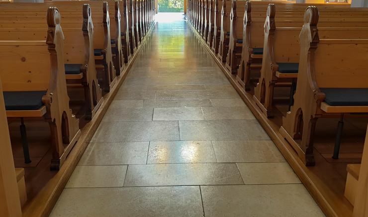 Kirkerum med tomme bænke