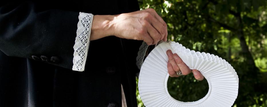 Præst med sin præstekrave i hånden